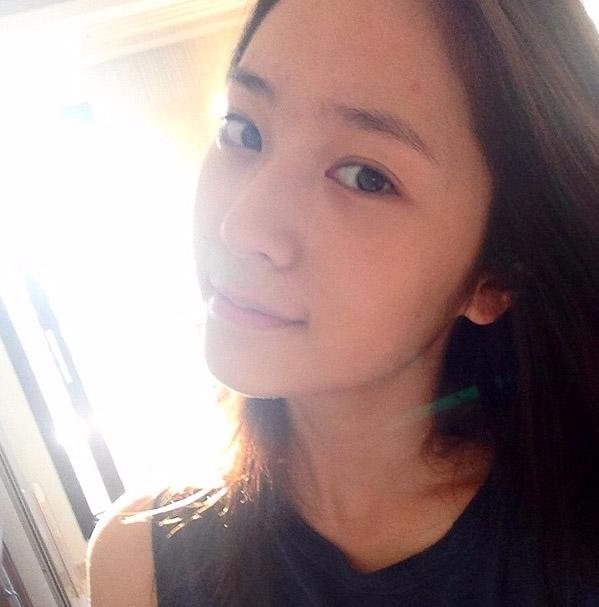 偶爾才會穿插一張可愛又迷人的自拍照,素顏的Krystal !!!!皮膚之好啊