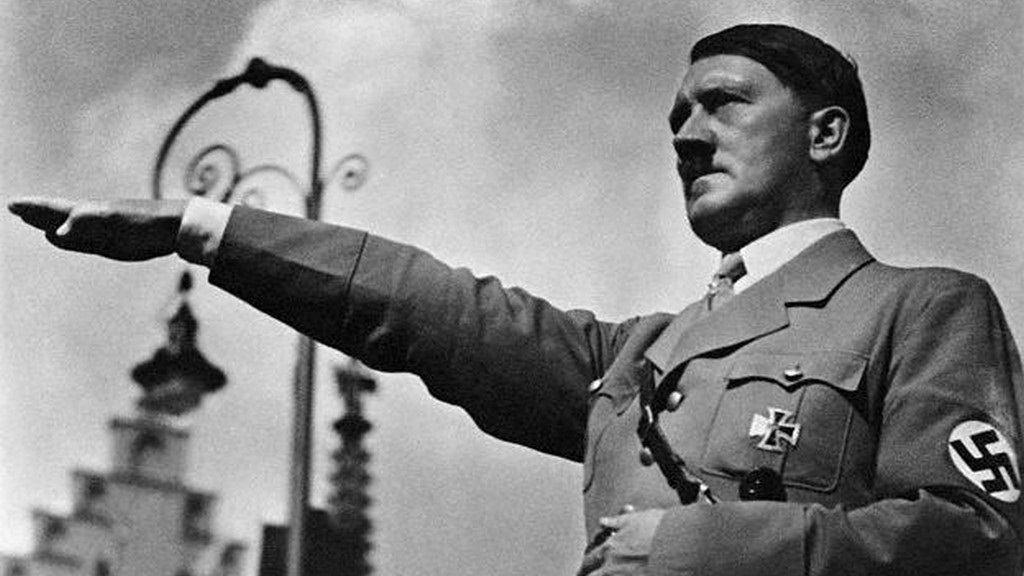 1934年時任命希特勒為總理的總統過世後,希特勒佔據總統的位置,自稱自己為元首。