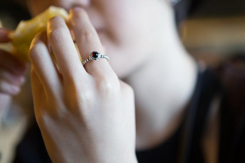 連戒指都不忘要All Black~意外地,黑寶石戒指看起來很典雅呢!