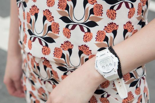 雖然我們覺得這摸運動的手錶跟跟她今天的造型好像不太搭,不過這就是他的飛炫摟!