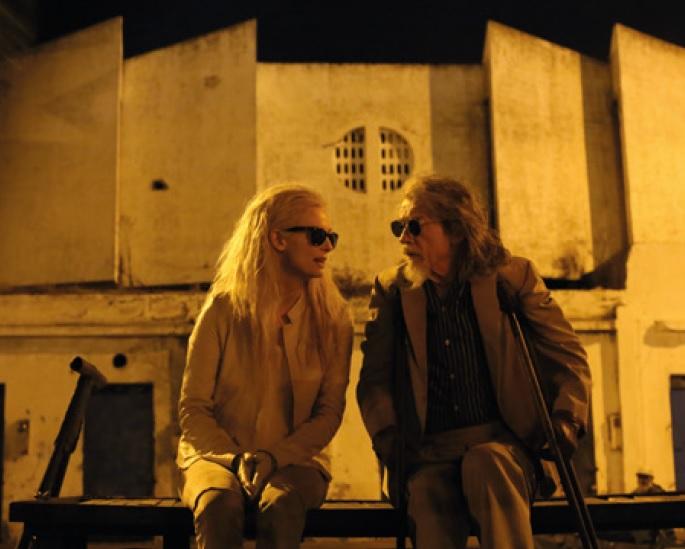 以及在《噬血戀人》中飾演夏娃(真名蒂達史雲頓)的血液供給者角色,都可以看到他卓越的演技