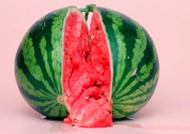 西瓜被剝開露出紅紅的西瓜果肉...