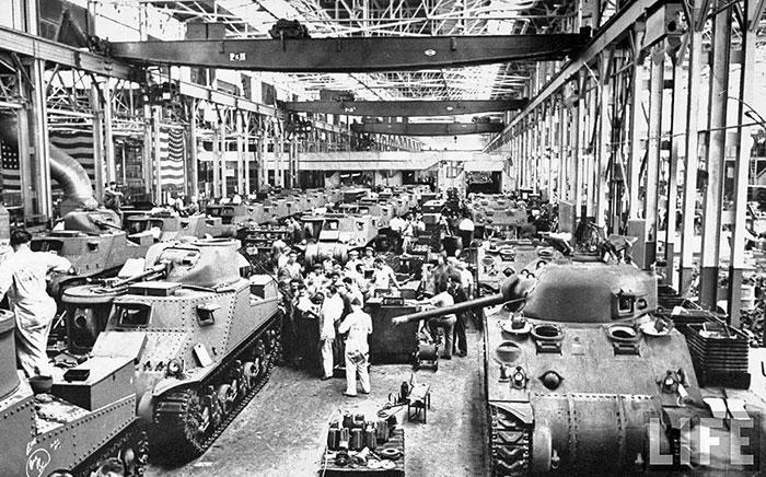 美國在二次大戰前,還搖搖欲墜。但因為二次大戰,超多的人力和運行的「軍用品工廠」都開始啟動。回顧當時的美國軍用品生產量~會令人目瞪口呆的!