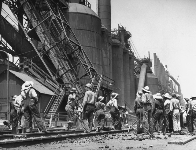 美國政府將自己國內的所有工廠的40%,都轉換成專門生產軍運品的工廠。仔細算算整個戰爭約花了五年的時間