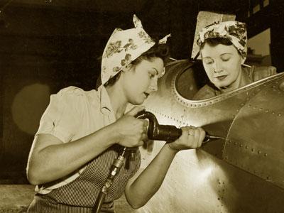 這些從業女工稱為「女子鉚釘工」~這些女性在軍用品工廠裡24小時交替工作,製造飛機、坦克、彈藥等軍火
