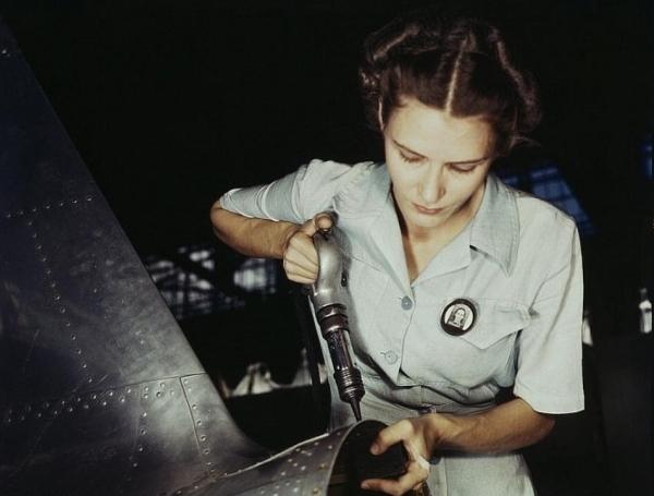 當時約有六百萬名女性進入製造業工廠工作,一個很可怕的數字啊!!!!