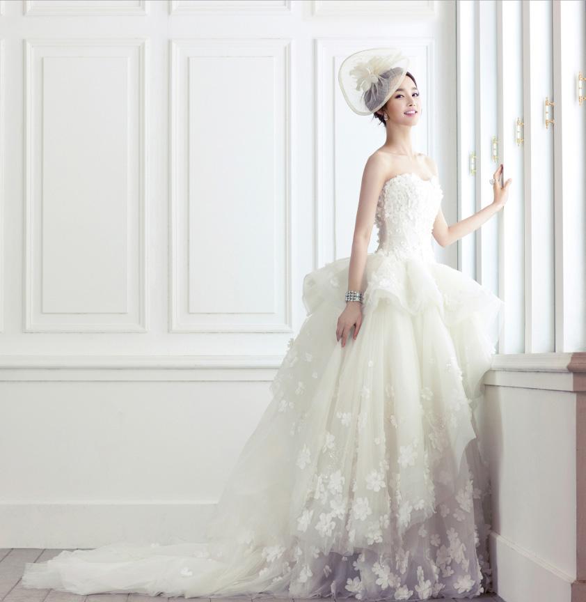 年僅26歲的金由美,在拍攝婚紗畫報的時候,看起來就像明後天就要出嫁的新娘子~