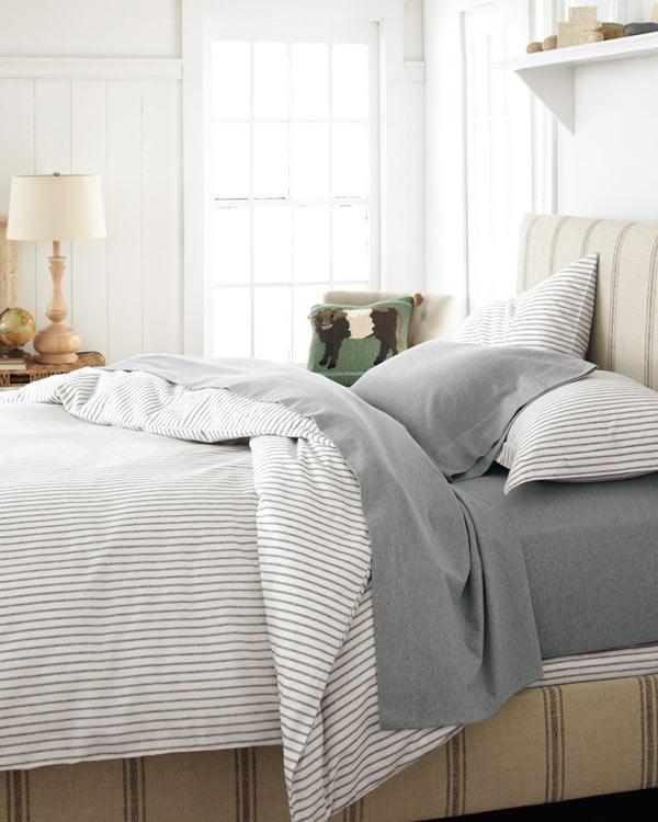 換上最愛的線條床單,一整個床看起來就超好躺~~