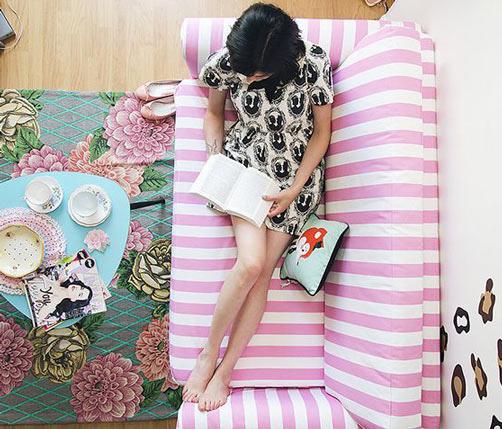 躺在充滿少女風格的粉紅條紋沙發裡~享受自由時間,充實自己一下,當文青少女!!!!