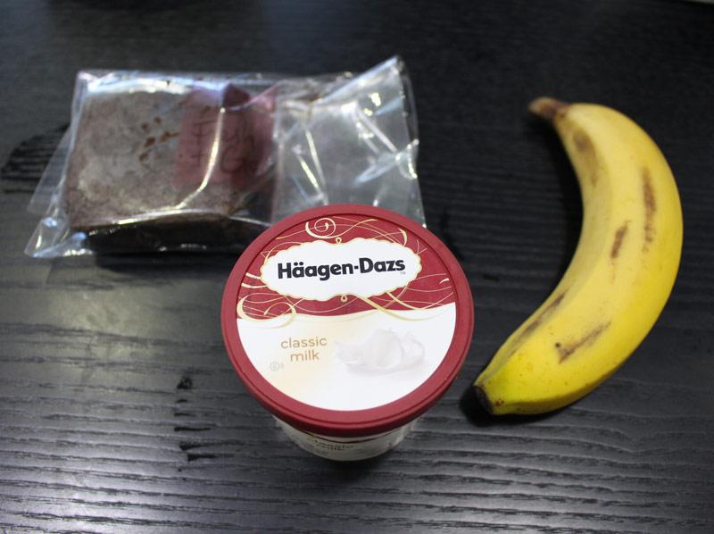 這次要準備的材料也很簡單,巧克力布郎尼,冰淇淋,還有香蕉,這些也都是在便利店就可以購入XD
