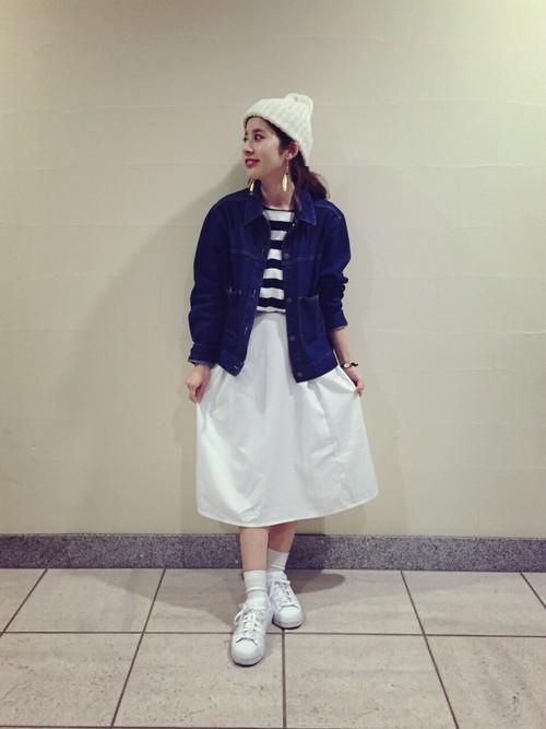 白色本來就會給人純潔、單純的感覺,尤其它也是萬用色之一,配上白布鞋,也比較有整體感,除了白色之外,不知道要搭什麼的妞妞,妞編輯建議可以穿全身白或是白色×藍色的LOOK,這兩個也是不會出錯的穿搭喔。