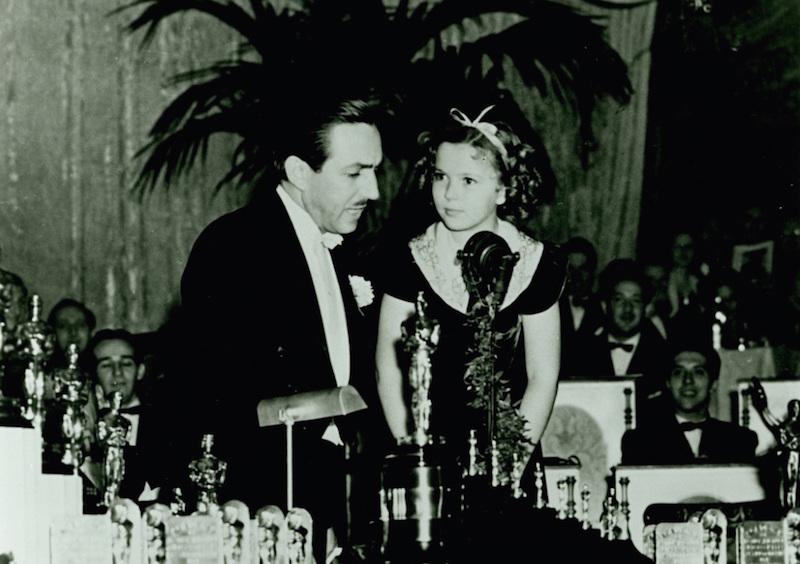8. 1939年,華特迪士尼一舉獲得了奧斯卡8個獎像!其中一個是普通大小的獎座,另外七個是很小很小的勳章