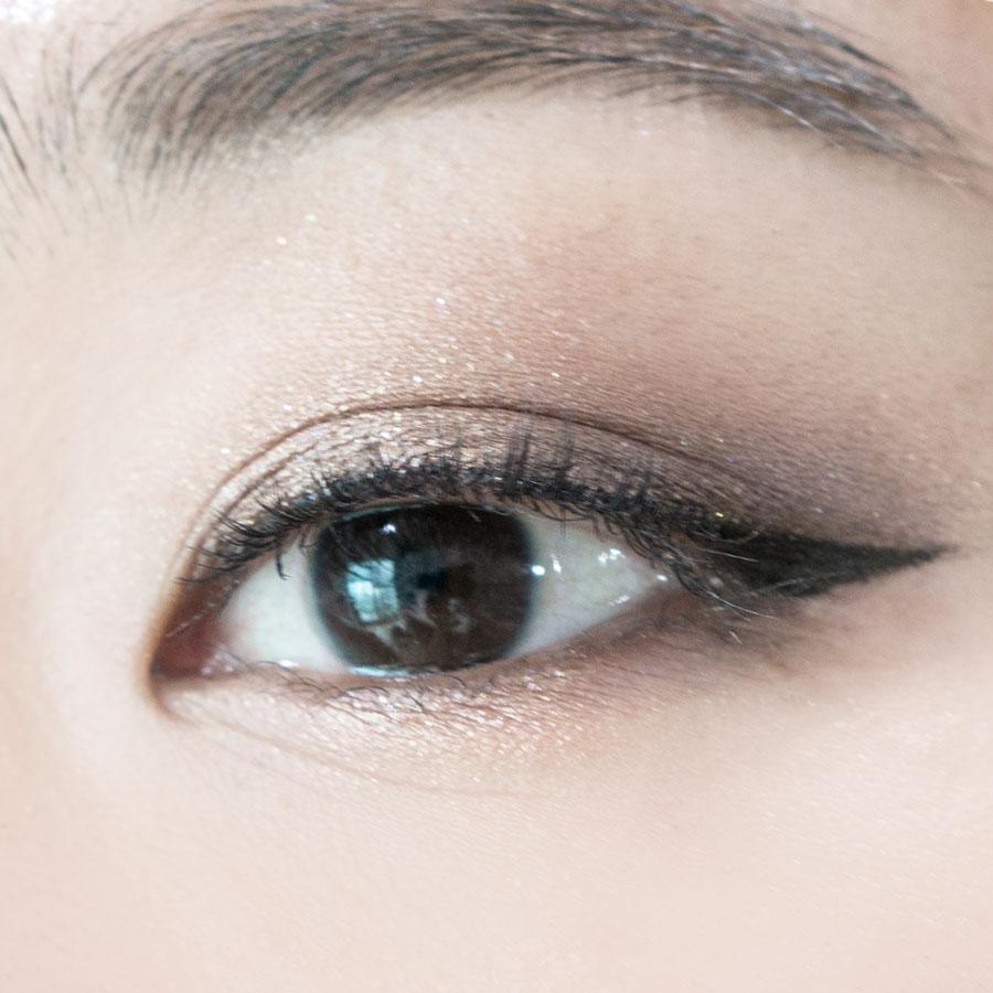 這次可以貼上假睫毛,這樣的話前面沒有用眼線液畫的部分也會看起來有飽滿的效果!貼眼睫毛的時候,記得順序是中間→前面→後面,然後再上睫毛膏