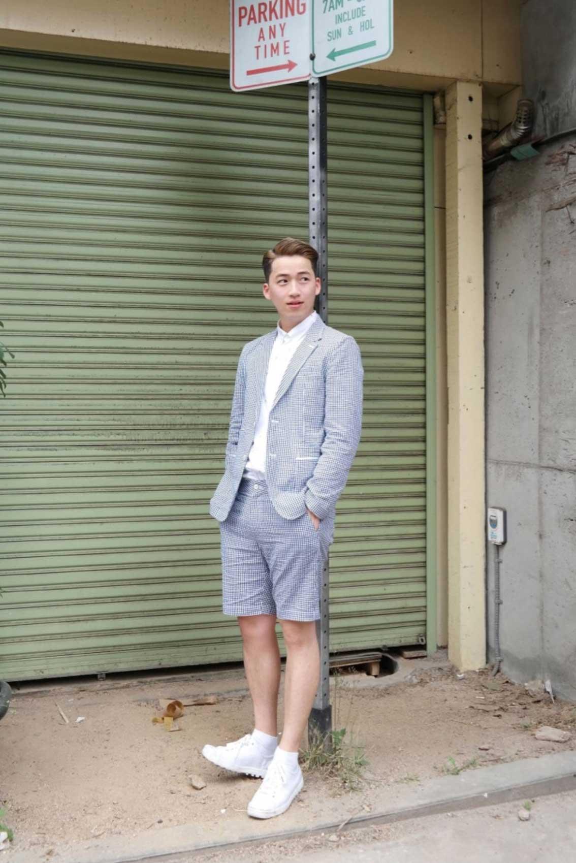 1. 短褲 + 外套  夏天就是以輕便的麻織布短褲,再搭上同材質的外套就很好看,當然比較適合坐辦公室的男性,否則這樣穿也太熱..(汗)
