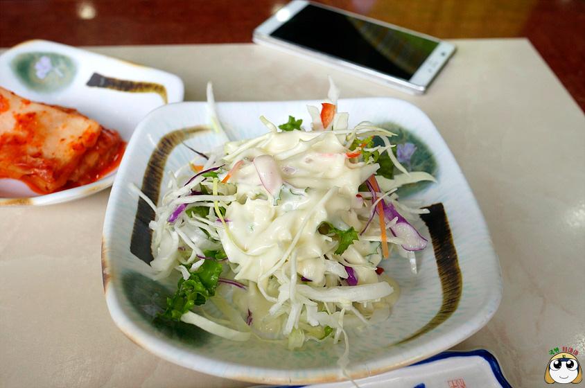 清爽的沙拉~只要是小菜~都是免費的!!!