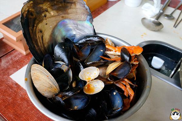 哈哈!吃的人一定很過癮!!!這摸多的貝殼類的殼~完食XDDD