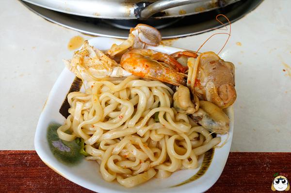 光吃海鮮還不夠,一定要吃一下吸飽湯汁的麵條!!!(經典)