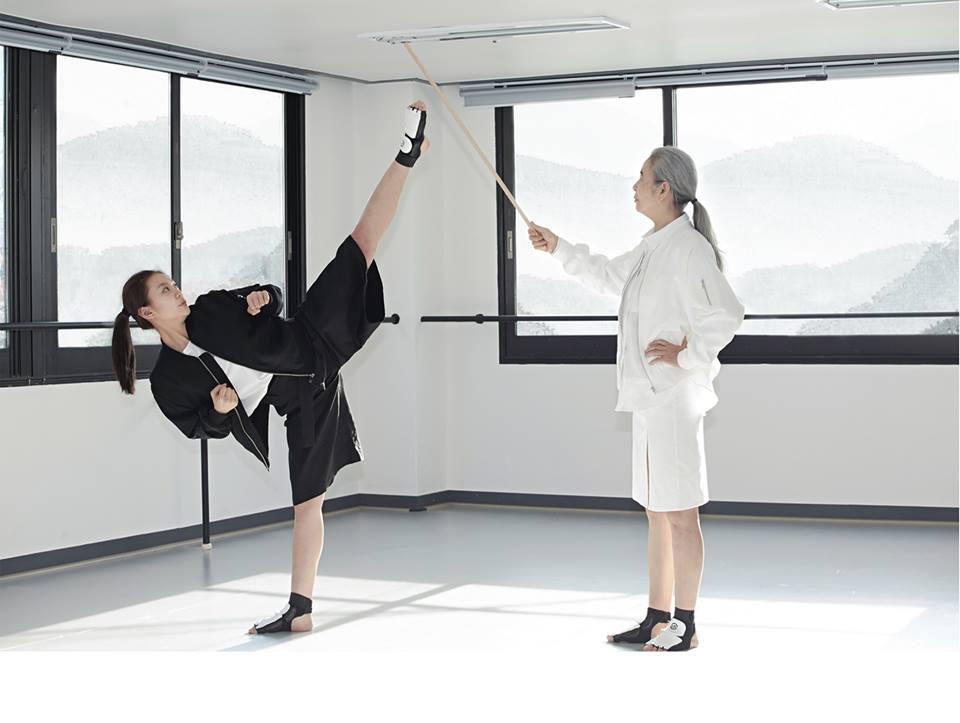 事實上這張照片,正是韓國跆拳道國家代表擔任女性模特兒的示範照片