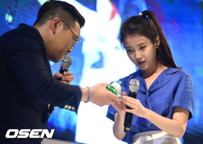 兩手恭敬的握著酒杯...沒錯~是韓國國民酒品「燒酒」的代言活動啦♥