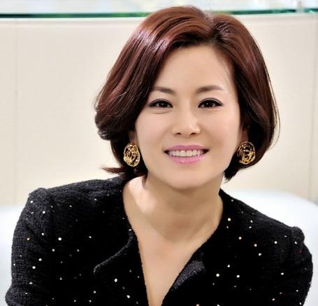 貌美的臉上完全沒有留下歲月痕跡的韓國女演員,50歲的甄美里,在許多電視劇中都有出現,例如《大長今》裡的崔尚宮、《屋塔房王世子》飾演芙蓉與花蓉的母親