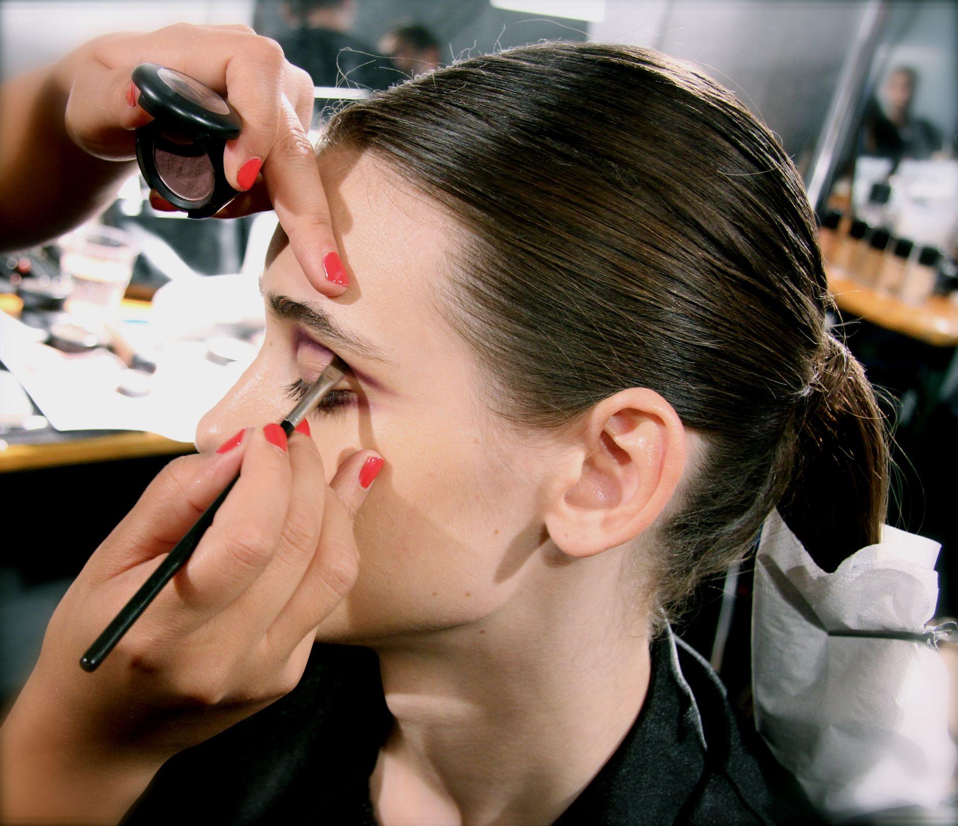 說到化妝,對女生來說,最重要而且不能忽略的就是眼妝,其中,為了要讓眼睛看起來閃爍有神,眼線就是靈魂人物,因此今天要為大家介紹的就是眼線類產品