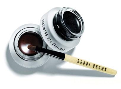 4.眼線膠:是介於眼線膏和眼線筆之間,用刷子可以調和黏稠度,可以畫出較為柔順和鮮明的線條