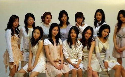 Jessica本名鄭秀妍,從小在美國長大,2000年去韓國旅遊被發掘後加入SM娛樂,2007年出道成為少女時代主唱之一
