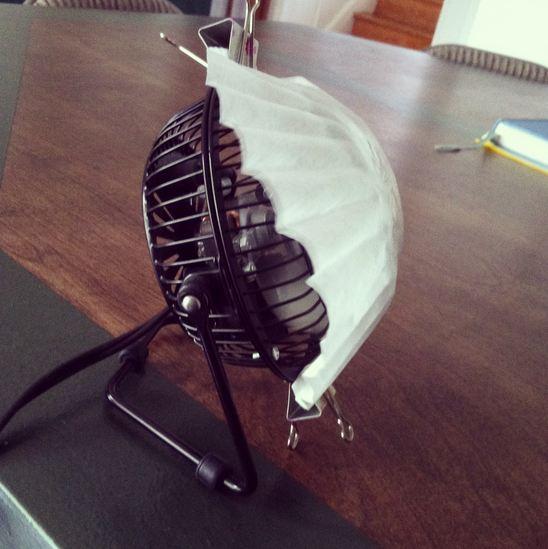 還有一個製造香氣的做法,把香精油倒在咖啡過濾袋,然後放在電風扇前吹,這樣香味就會瀰漫在整個空氣裡喔