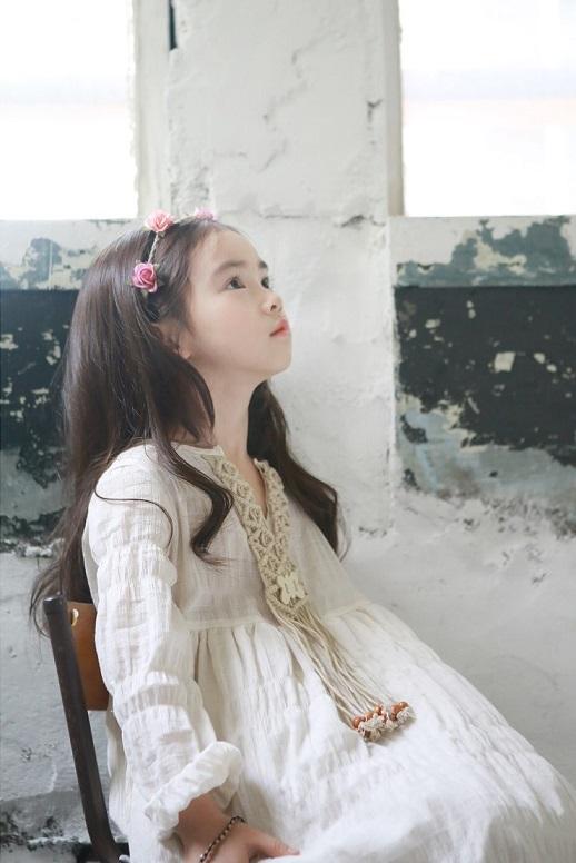 你說她應該跟韓國流行的混血娃娃童星們一樣是吧?