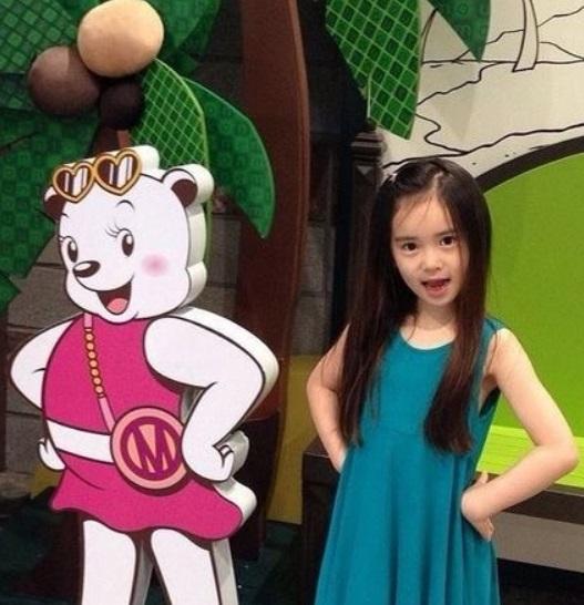 雖然擔任模特兒的經驗豐富,但是畢竟元熙還只是個8歲的小女孩~