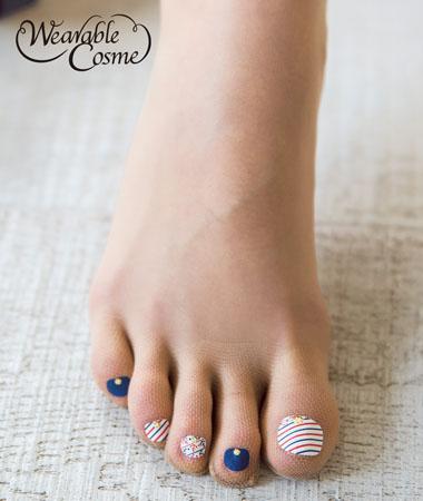 在台灣,除非工作需求,一般很少會穿到膚色絲襪。由於夏天女孩們會換上涼鞋或是夾腳拖等露趾鞋款,這時候更顯示出腳部指彩的重要,但如果臨時有約來不及塗上指甲油,日本推出的「指彩絲襪」(フェイクネイルストッキング)就派上用場啦!其實日本在去年就推出了一系列有指甲彩繪樣式的五指絲襪!穿上後,遠遠看腳趾頭,就像真的有擦上指甲油一樣呢!