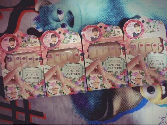 在日本的藥妝店都可以買到指彩絲襪~
