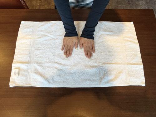 首先,先將毛巾都攤平,毛巾的標籤還是藏起來好看,所以記得有標籤的那面要朝上