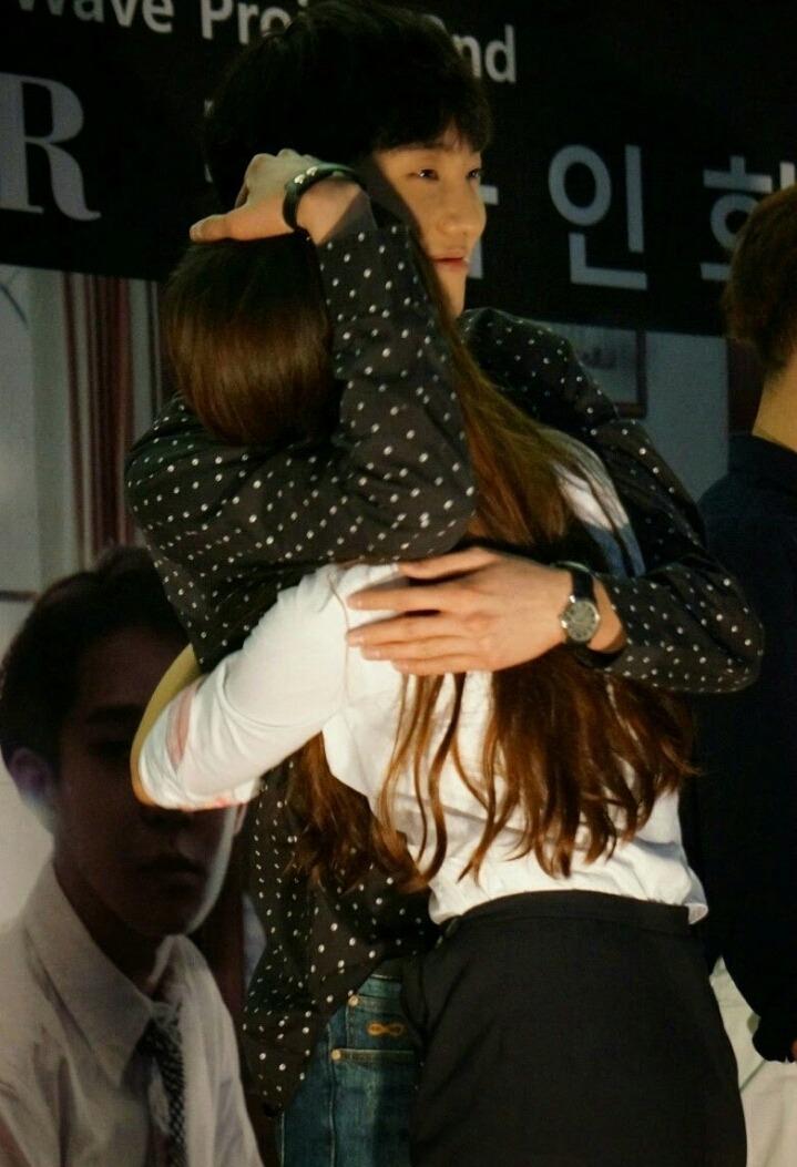 首先是充滿男人味抱抱的WINNER隊長姜勝允
