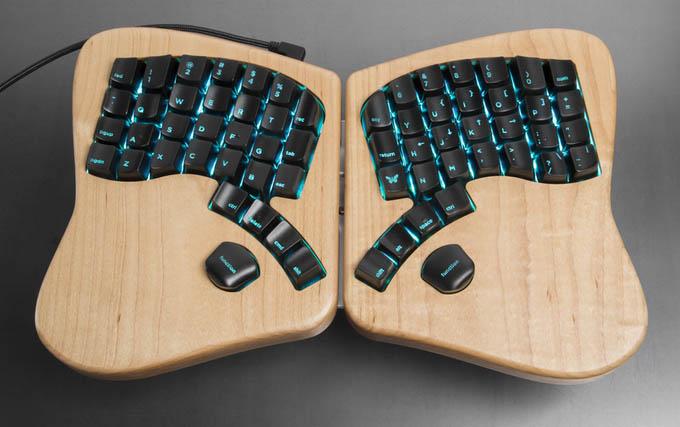 其中讓人好奇的就是鍵盤的構造,基本的數字和圖形符號等都以Function鍵來控制