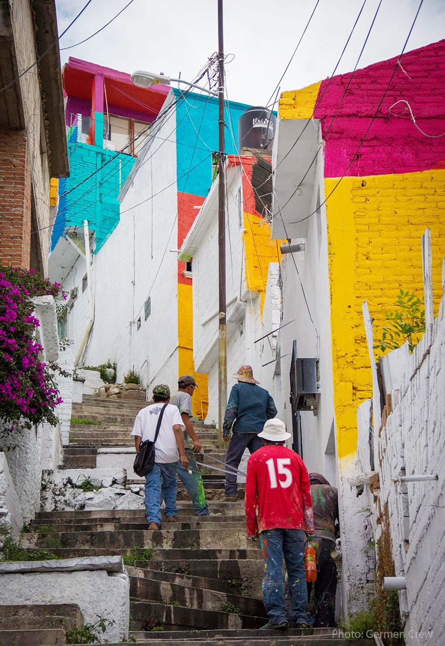然後以147種不一樣的顏色分別將村莊重新粉刷