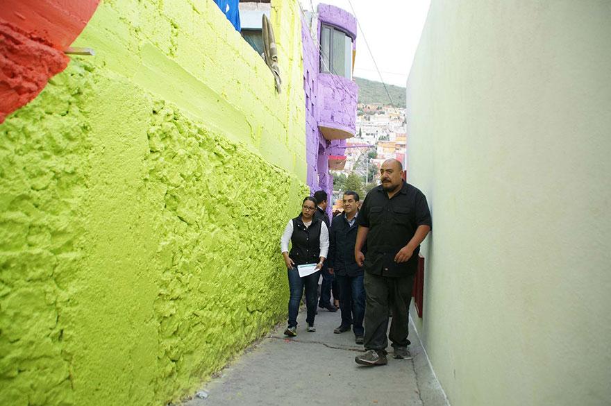就在這企劃開始不久後,村莊裡的居民也開始聚集,大家也一起分工合作投入這個粉刷大工程