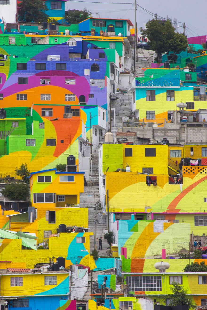 粉刷工程完成以後,原本這個只有1808名居民居住的骯髒殘舊村莊,馬上恢復了生氣 (粉刷後完全就像一幅畫!)