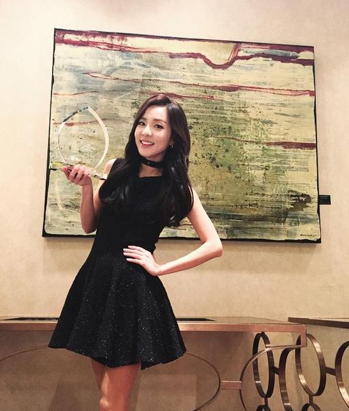 穿起禮服雖然增添成熟美,但只要Dara一笑,就自然露出青春可愛的感覺