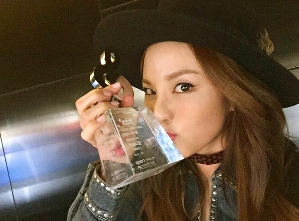 趕快趕快回歸舞台吧!Blackjacks(2NE1粉絲名稱)會準備好多好多第一名讓妳們拿到手軟♥