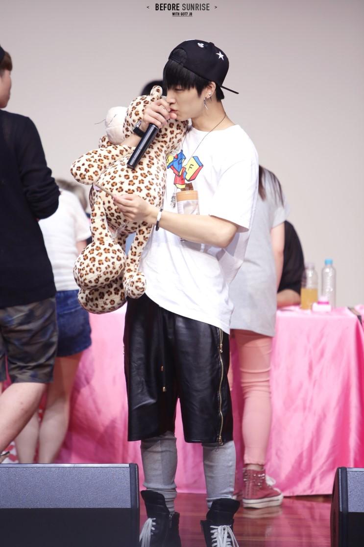 把零食棒和人偶玩具當寶貝的這位暖男,正是JYP旗下男團GOT7的隊長,JB(本名林在範)