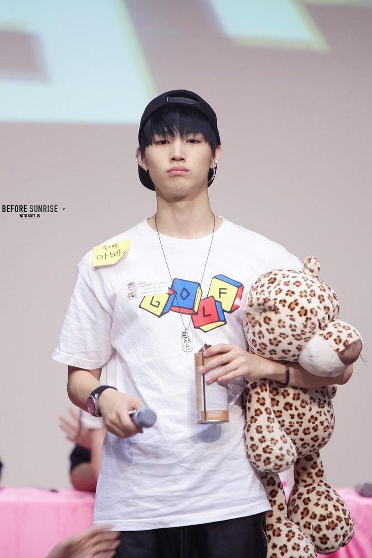 這樣一邊抱著人偶玩具,一副無辜樣子的JB怎麼會抽菸呢..? (小編知錯了>''<)
