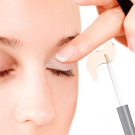 使用眼影底膏,能夠讓眼皮的膚色均衡,更能幫助眼影顯色。更厲害的是,眼影底膏還有個防止眼窩色素沈澱的作用喔!