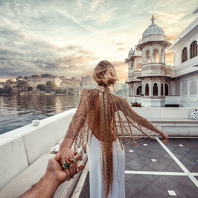 男朋友是攝影師,不管到哪旅行都會帶著女朋友,並且拍下女友背影