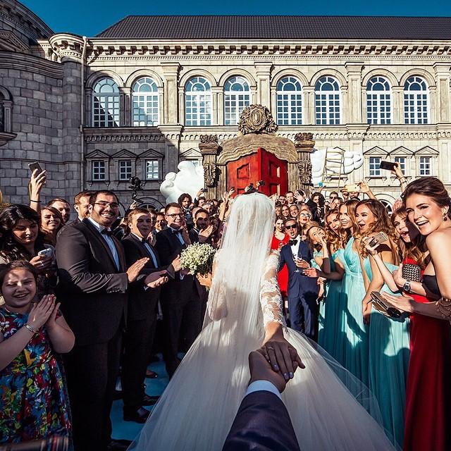 在眾多親友的祝福下,這次照片的背景是走向了結婚的殿堂….♥