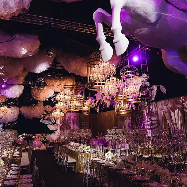就連結婚典禮的佈置也像一幅畫一樣
