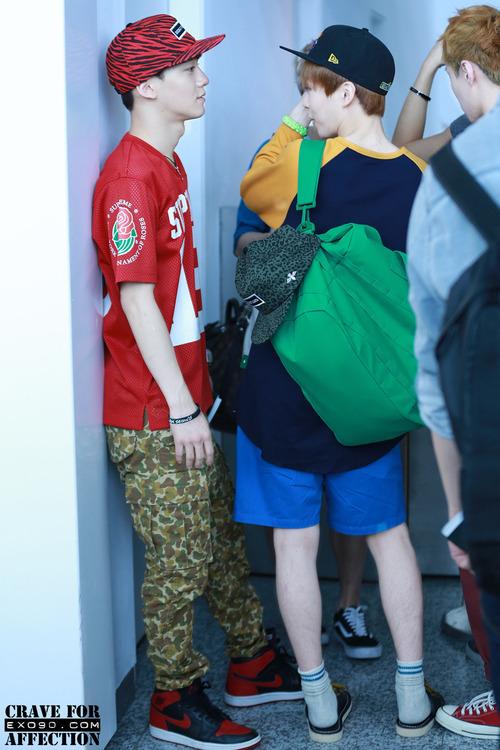 略過一旁EXO成員Chen的奇怪時尚造型(XDDD)繼SUHO之後,右邊這位也是EXO的美腿代表~XIUMIN!!!!