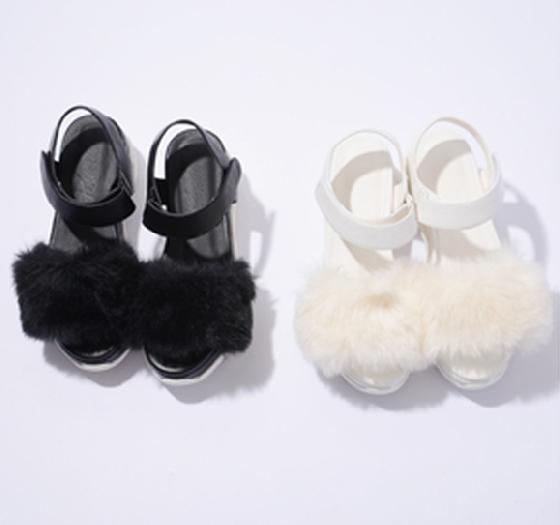 2. 毛毛涼鞋 襪子搭涼鞋的定番已經流行一陣子了,不過毛毛涼鞋的重點就是在於毛,如果你想要凸顯它的特色,其實可以不必穿襪子,如果真的要搭,建議可以搭白色的襪子,看起來會比較有整體感。