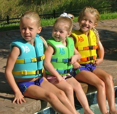 2. 肚子太大苦惱中的女孩們:去水上樂園時,老是用救生衣遮肚子嗎(再熱也硬要穿XD)