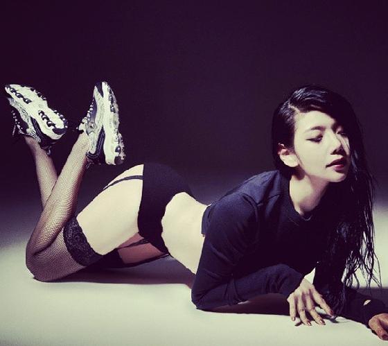 Choi Hye Yeon,1990年6月13日生。《MAXIM》雜誌韓國版的模特,勻稱的身材以及突出的S線讓她在模特界小有名氣,更在許多MV當中有過客串,只要是需要性感美眉的MV,幾乎都有她的身影。